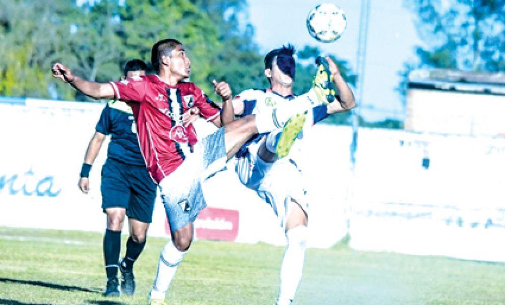 Benjamín Jurado intenta cuidar el balón.  Foto: Prensa CN