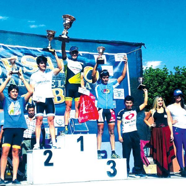 Podio de la categoría elite, con el ganador de la General, el tucumano Darío Gasco en lo mas alto.