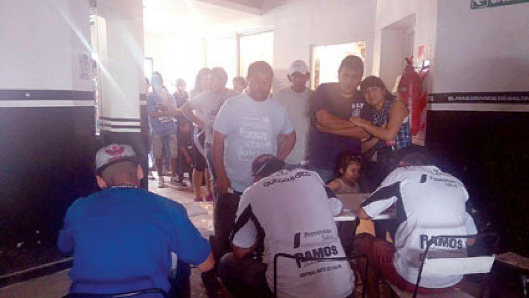 Las filas de hinchas que querían asociarse  llegaban a la  Avda. Entre Ríos. Central ya tiene 3079 socios activos.