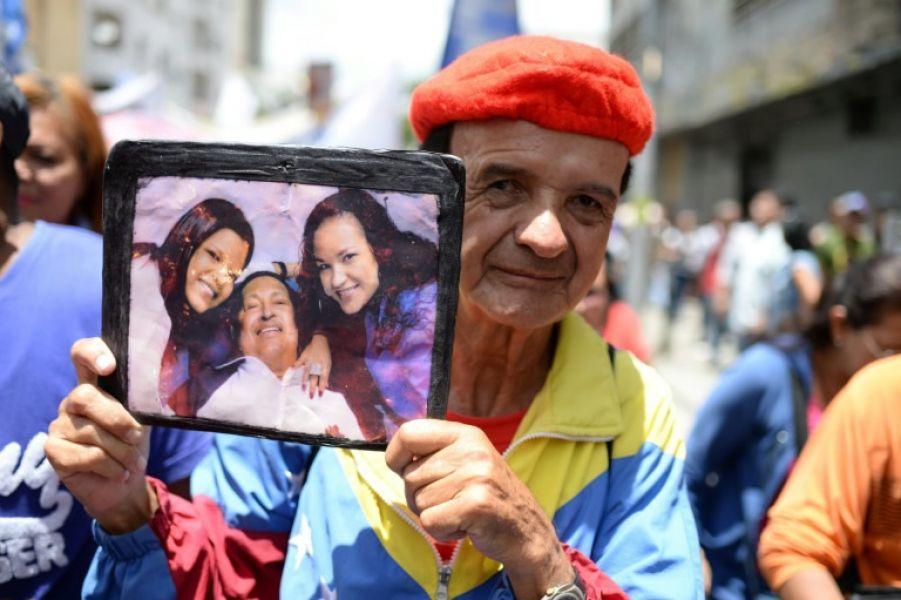 Participantes en una marcha a favor del gobierno venezolano, ayer en Caracas muestran su apoyo a la Asamblea Constituyente.