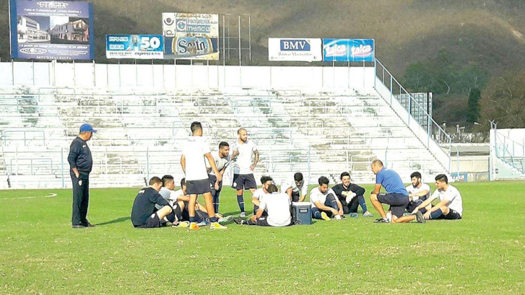 Botella dialoga con sus jugadores en el único amistoso que disputaron antes de enfrentar  a Boca.