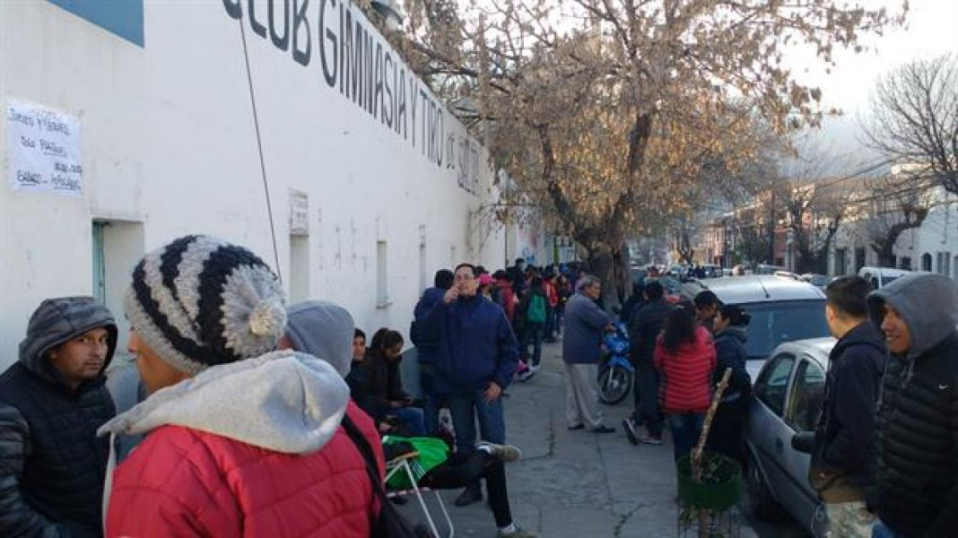 Algunos  hinchas  pasaron toda la noche en las adyacencias de los estadios para poder comprar una entrada para ver al equipo de Gallardo.
