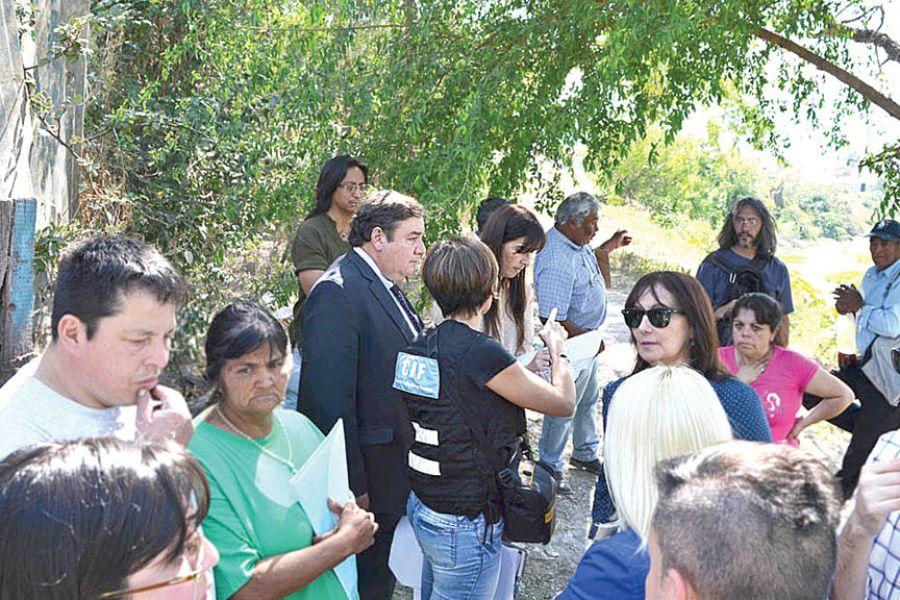El fiscal en recorrida por el Río Arenales con funcinarios del CIF y los vecinos.