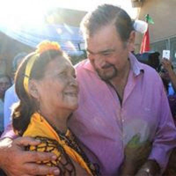 """El vicegobernador recibe el saludo de la madre de uno de los beneficiarios del programa social """"Para ver mejor""""."""