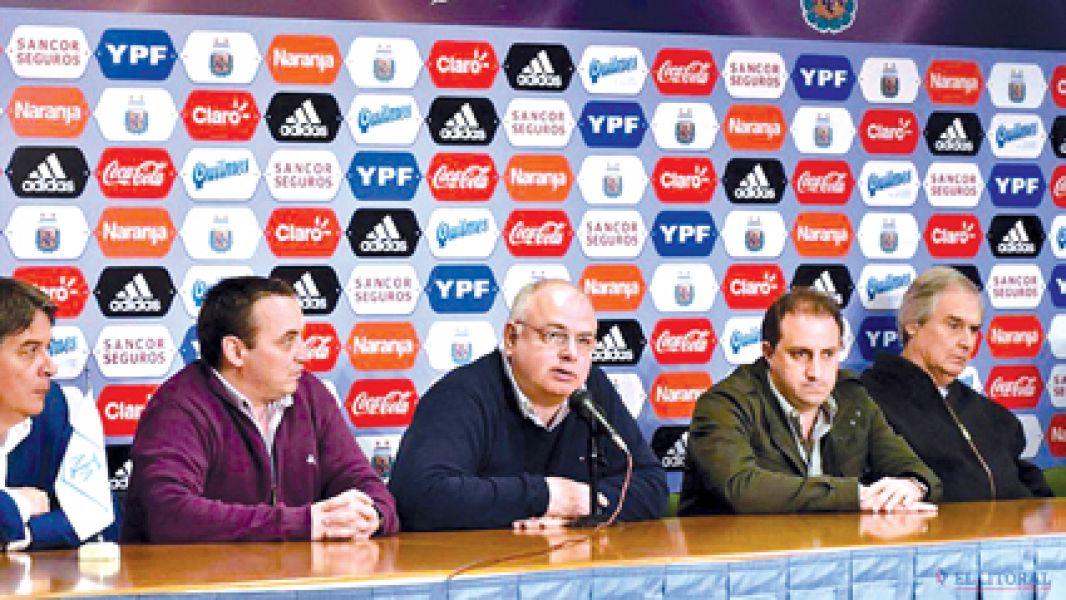 Daniel Ferreiro (centro) anunció la suspensión de la fecha.