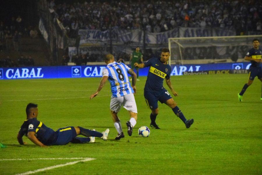 Una acción del partido entre Boca y Gimnasia, con López Macri de espaldas.