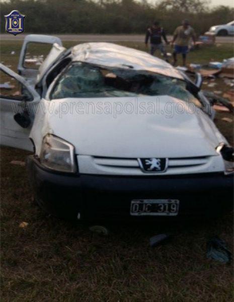 El utilitario volcó cuando el chófer perdió el control.