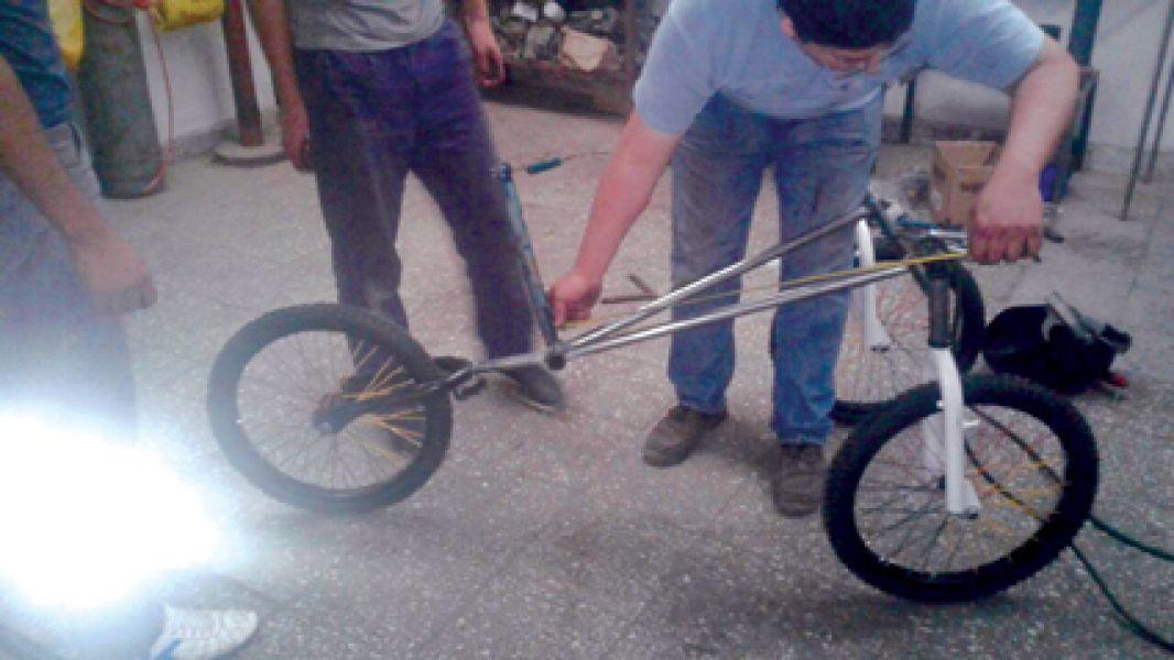 Los alumnos salteños muestran su bicicleta creada especialmente para una niña de 11 años que padece una discapacidad motriz congénita.