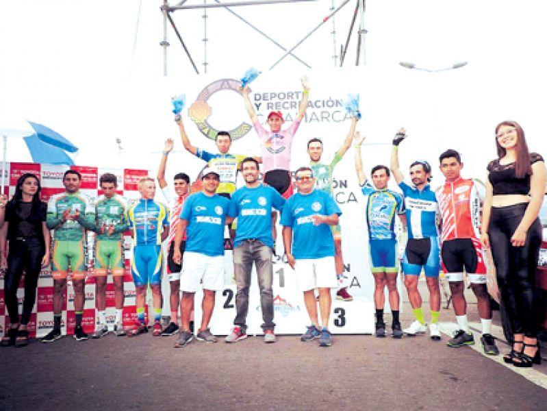 El podio con los pedalistas salteños, donde Miguel Alcócer (Izq de Giacinti) y Gastón Javier flanquean al ganador del parcial y líder de la general de