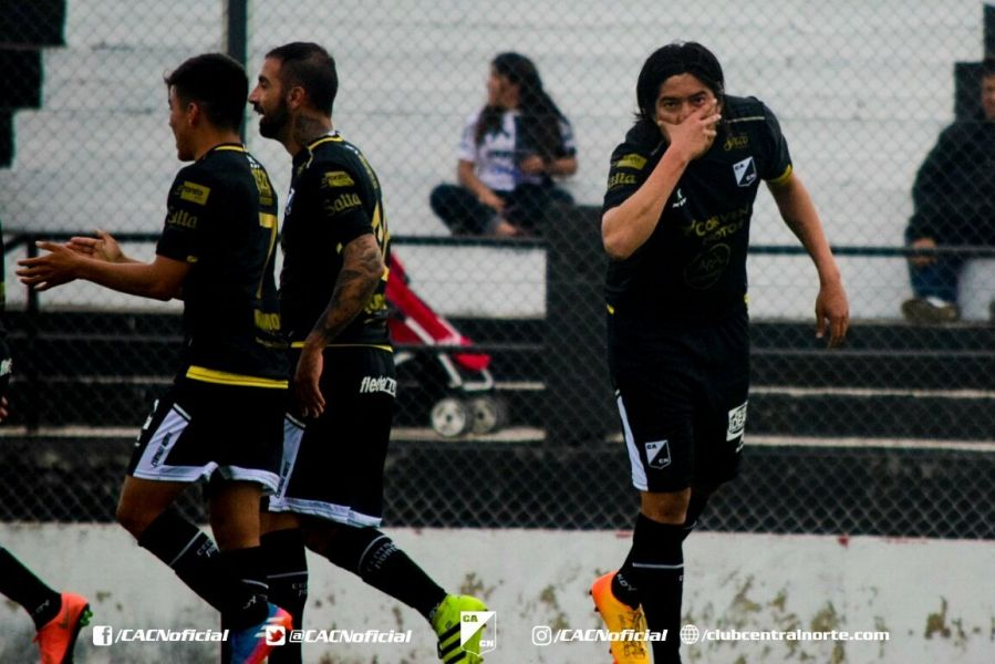 Puntano festeja una de sus  conquistas. Es el  goleador del equipo azabache.