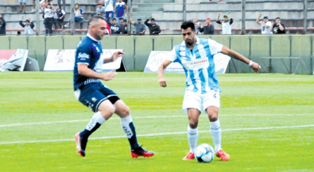 """Jonathan Hereñú maneja una pelota ante la """"Chancha"""" Zárate. Seguiría en el once millonario."""