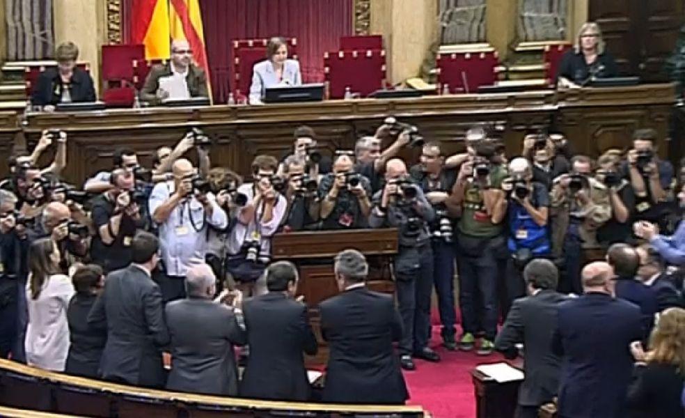 En Cataluña celebran la aprobación de la secesión y en España Rajoy disuelve el parlamento catalán y anuncia elecciones el 21 de diciembre.