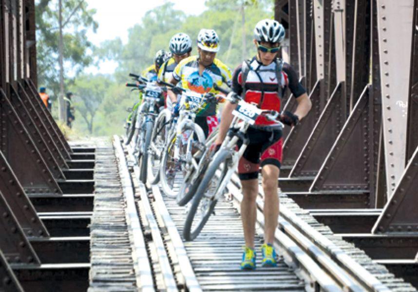 El puente ferroviario, uno de los obstáculos a sortear