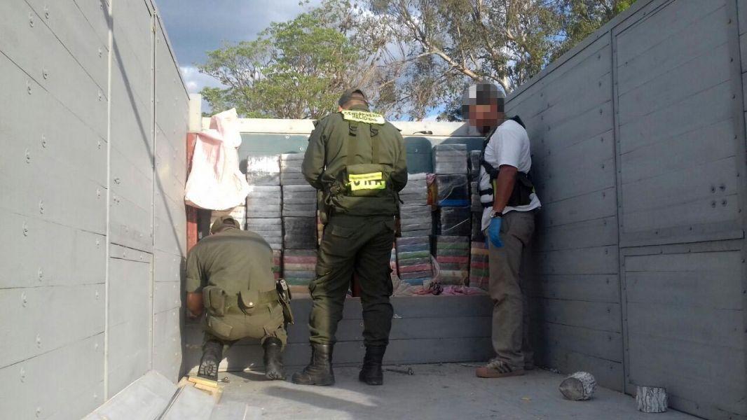 La cocaína secuestrada fue encontrada disimulada en la caja del camión que transportaba mercadería.