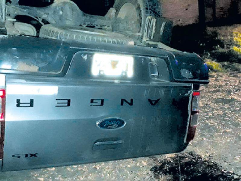 La camioneta fue robada para secuestrar y luego en la huida terminó volcada (Foto Radio Güemes).
