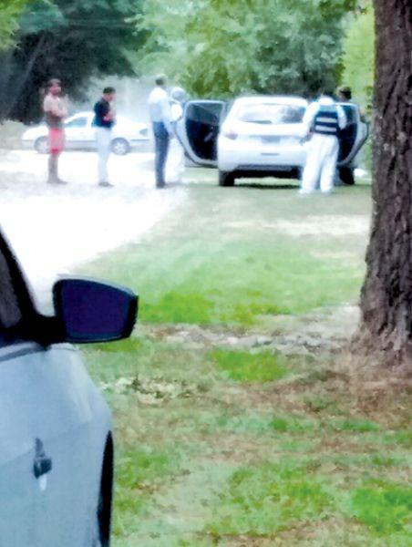 El cuerpo de un hombre fue encontrado dentro de su vehículo, frente a un domicilio en San Lorenzo.