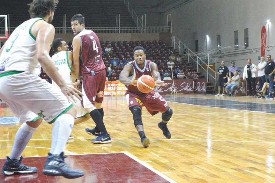 Harris (5), uno de los hombres fuertes de Salta Basket.