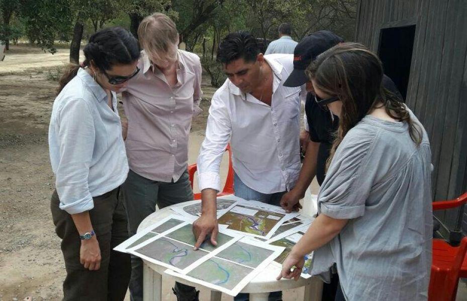 Los periodistas de la BBC en el norte salteño.  (Foto gentileza Brian Salazar).