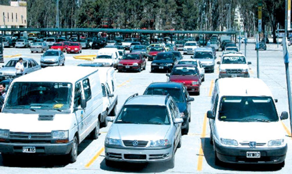 El supermercado donde un cliente estacionó su vehículo carecía de vigilancia y de cámaras de seguridad.