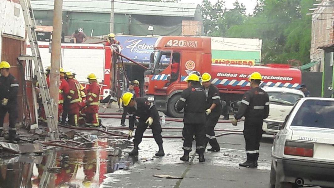 Los bomberos trabajaron alrededor de cuatro horas para apagar el fuego en el local de repuestos de motos en calle Jujuy y Pje Baigorria.