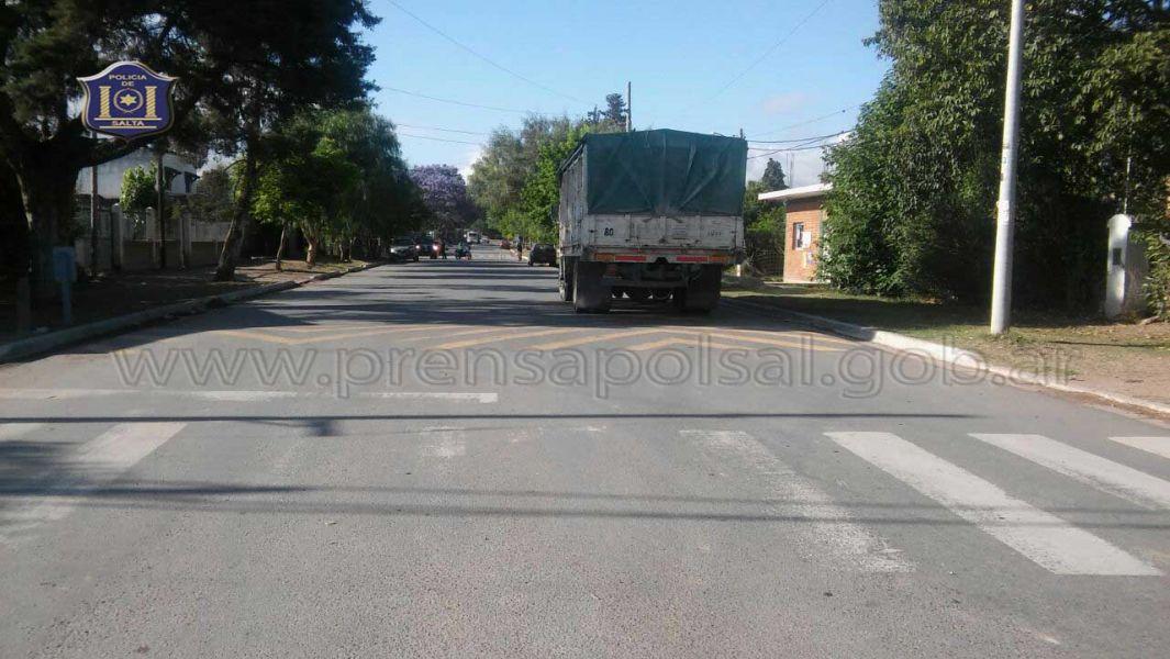 Se investigan las causas que originaron que el motociclista choque en la parte de atrás del camión.