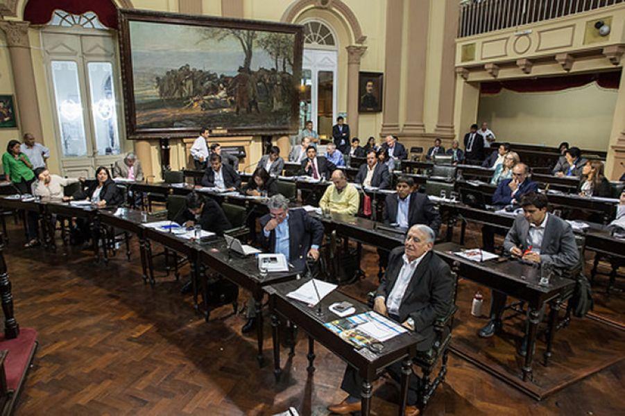 Manuel Santiago Godoy presidió la sesión de ayer en Diputados. La oposición dijo que la reforma ratifica la política de estos últimos 20 años.