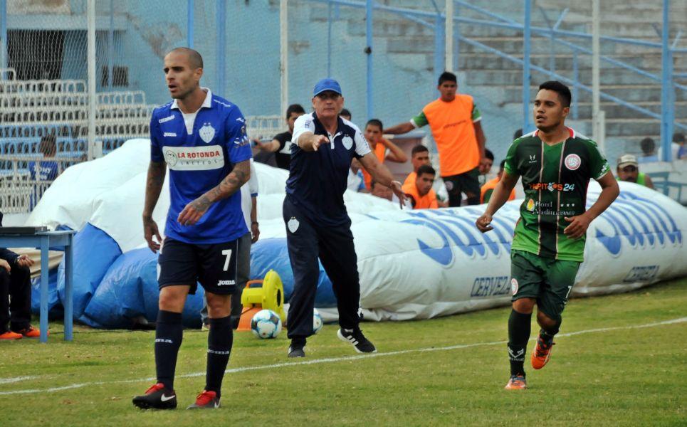 Víctor Riggio, entrenador millonario durante un partido.