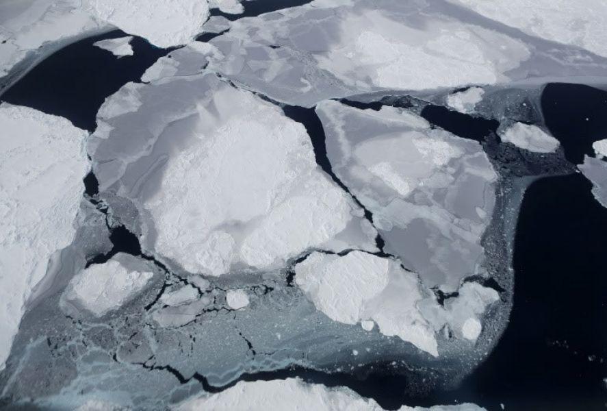 Placas de hielo en la región de la península Antártica, vistas desde una aeronave de investigación de la NASA.