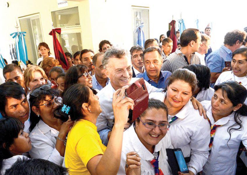 El jefe de Estado junto a los alumnos de la escuela 4824, de Pluma de Pato.