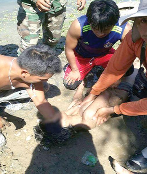 Bagayeros reaniman a las personas rescatadas en el Río Bermejo. (Foto Guillermo Aparicio).