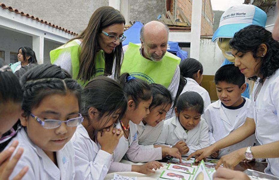 Niños de comunidades educativas aprenden y se informan sobre medidas para evitar y tratar el sobrepeso y la obesidad.