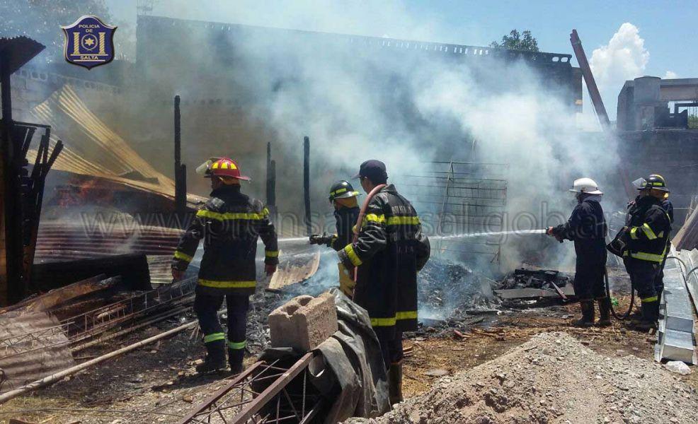 Los bomberos lograron apagar el fuego que consumió totalmente una carpintería en Metán.