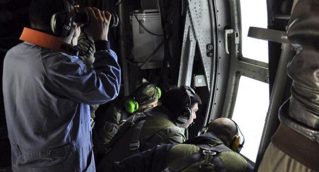 La búsqueda desde un avión. Según la Armada, por estas horas los tripulantes estarían por atravesar limitaciones de oxígeno.