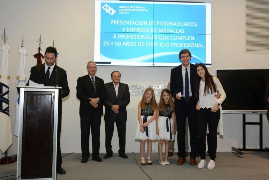 El actual jefe de Gabinete, Fernando Yarade, con el galardón acompañado por sus hijas.