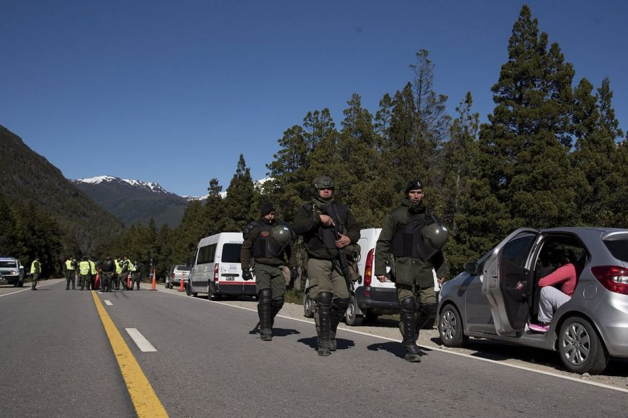 Gendarmes aislaron la zona, cortaron el tramo de la ruta 40 que une las ciudades de Bariloche y El Bolsón