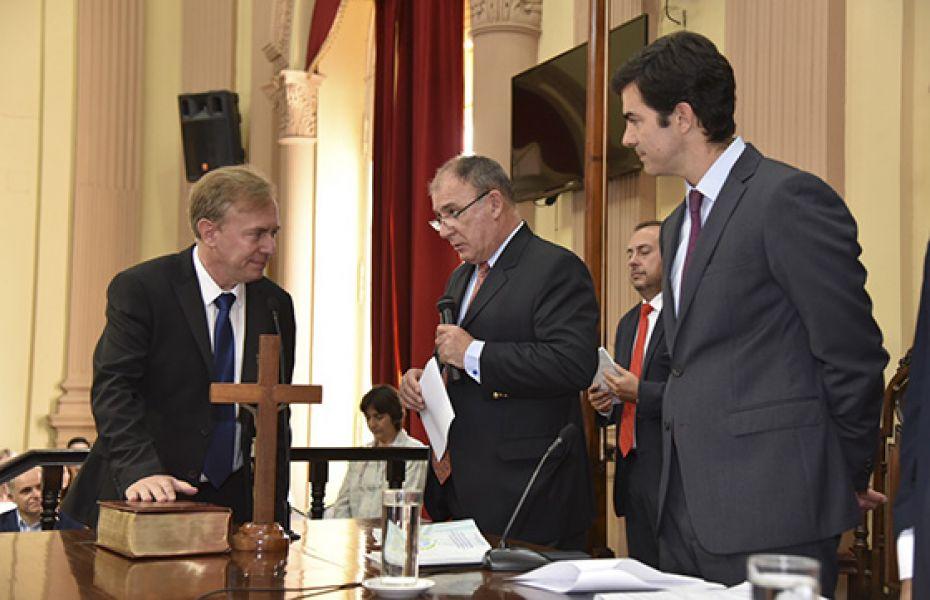 El diputado Mario Moreno presta juramento junto al Gobernador Urtubey en el acto que tuvo lugar en el palacio legislativo.