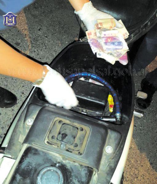 La droga era guardada en el interior de la motocicleta.