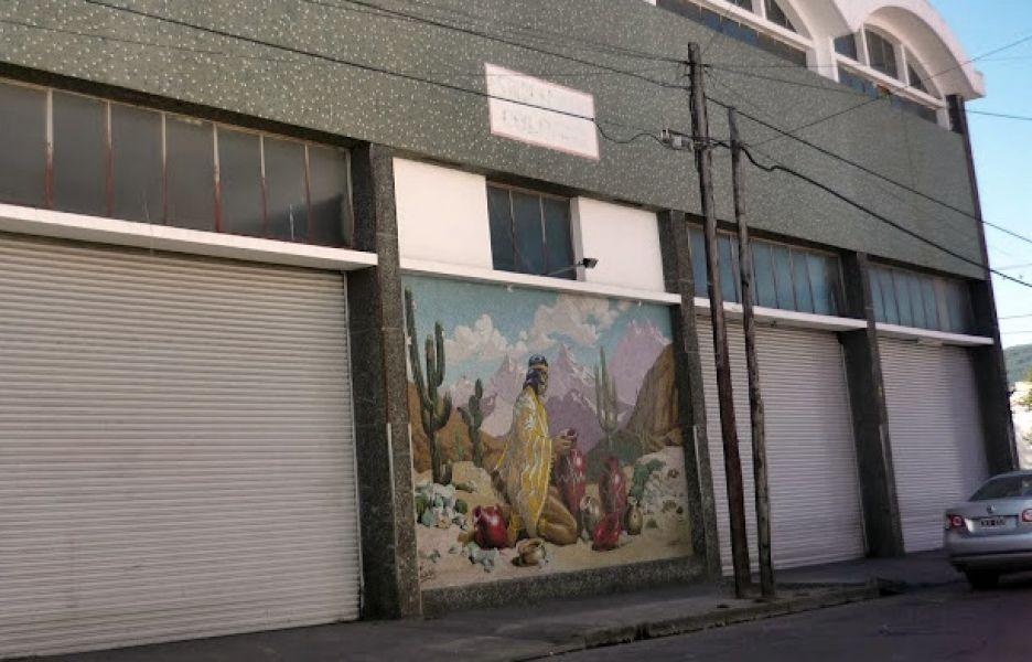Mural externo ubicado sobre Necochea, antes de la demolición del edificio.