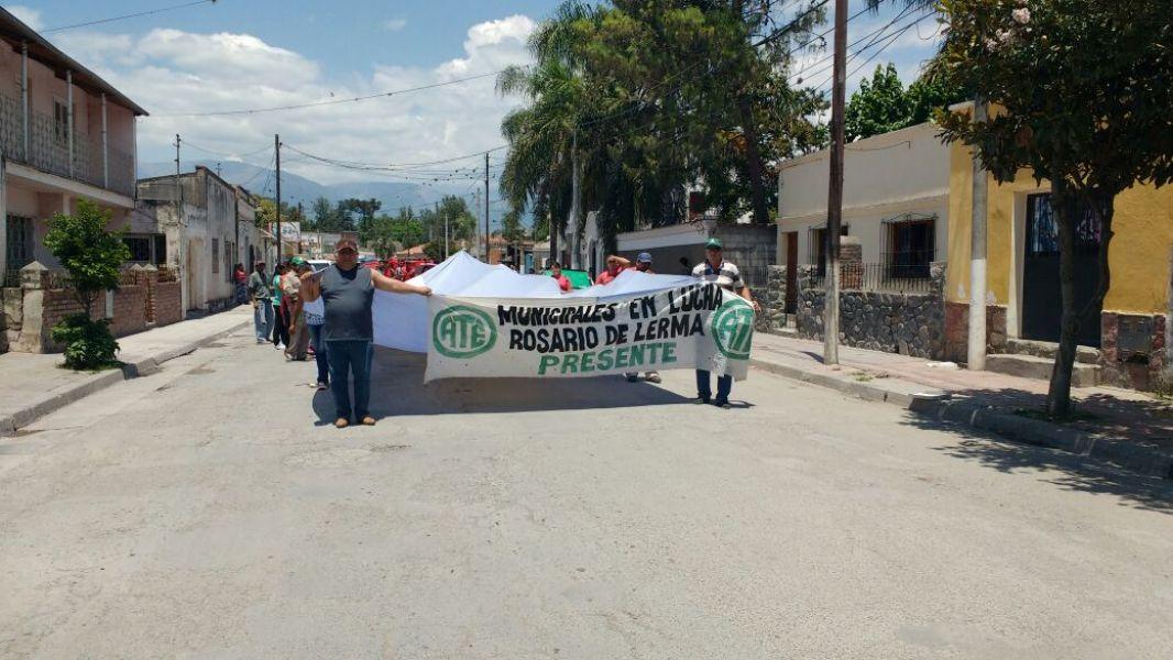 Marcha en reclamo de los 60 trabajadores despedidos por las calles de Rosario de Lerma.