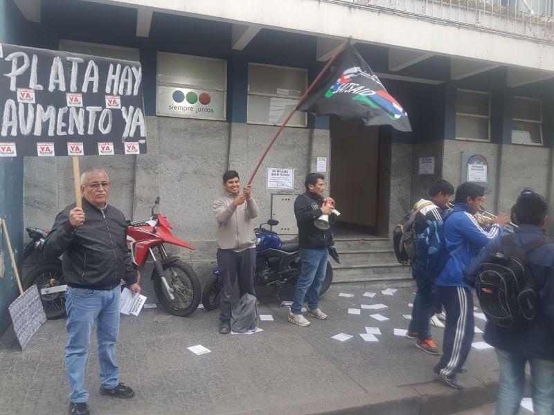 Esta protesta frente a Canal 11 se repetirá hoy por un nuevo paro dispuestos por trabajadores agrupados en SATSAID.
