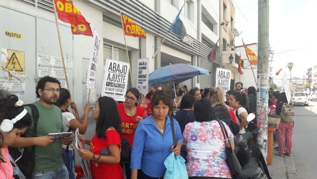 Los manifestantes se oponen a las reformas laborales que intenta aplicar el Gobierno nacional