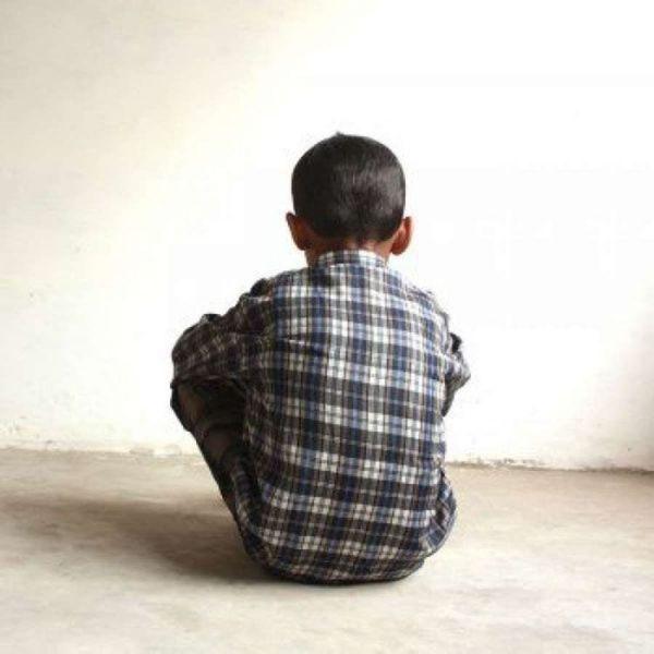 El prófugo, antes abusar del niño lo amenazó para que no contara nada.
