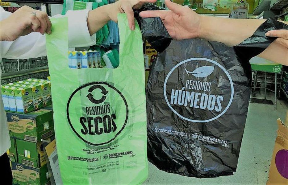 Entregar bolsas plásticas verdes y negras es obligatorio para los supermercados.