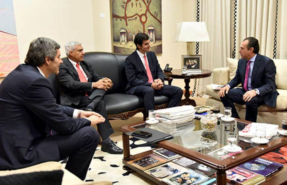 Los empresarios de la empresa de gaseosas multinnacional con el gobernador Urtubey.