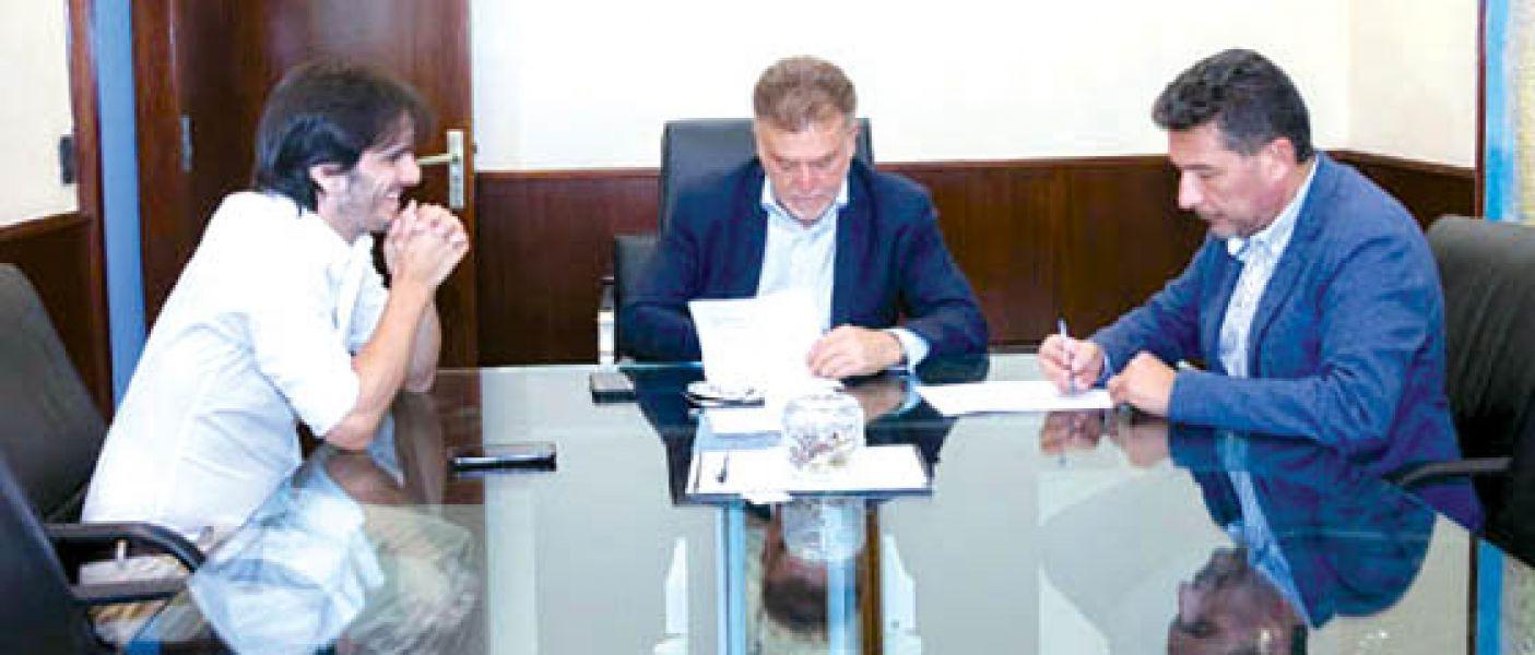 Sergio Zorpudes y el secretario de Vivienda de la Nación firmaron el convenio para trabajar en las obras con cooperativas.