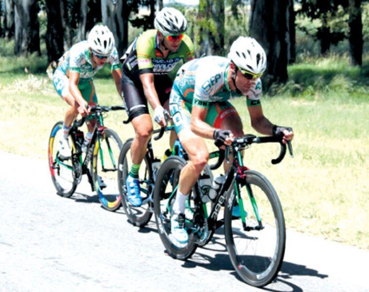 Momento en que Muller lidera la 1ª etapa seguido por Antogna, al final el ganador y el salteño Gastón Javier.