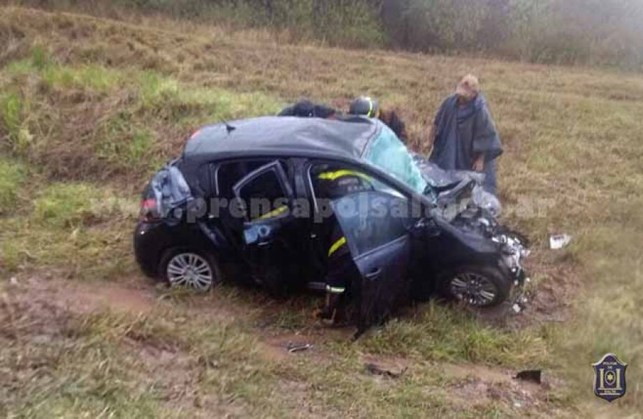 El fuerte impacto entre el vehículo donde viajaban las víctimas y la camioneta, hizo que saliera de la ruta.