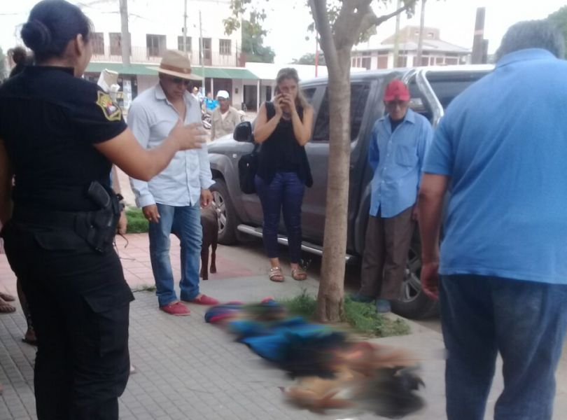 La mujer víctima de los balazos del femicida quedó tendida en una vereda en el centro de J.V. González. (Foto Zona Sur Salta).