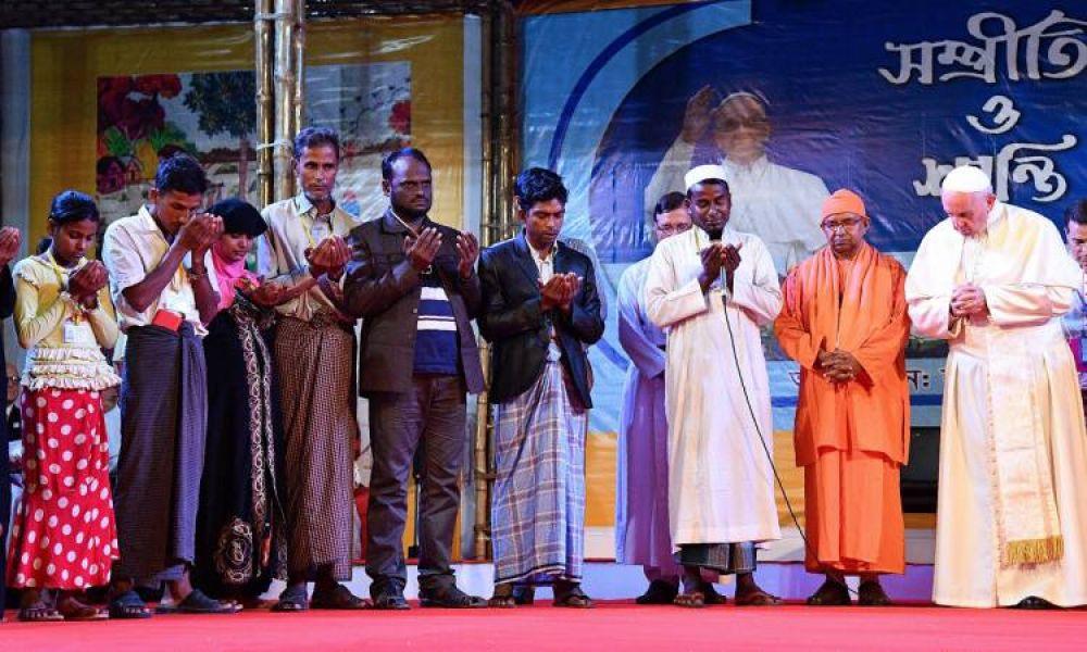 El papa en la ordenación de 16 sacerdotes durante una misa en un parque de Daca a la que asistieron unas 100.000 personas.
