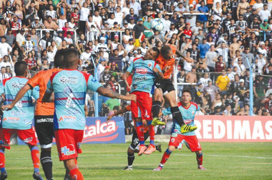 En lo alto, Rivera y Ceballos. Una de las acciones del duelo entre adoquineros y cuervos por la primera semifinal.